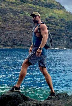 Chris Hemsworth Kids, Chris Hemsworth Shirtless, Hemsworth Brothers, Male Model Face, Hot Men Bodies, Australian Actors, Athletic Men, Chris Evans, Muscle Men