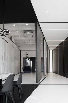 sleek lines, clean look Showroom Interior Design, Black Interior Design, Tile Showroom, Black And White Office, Black And White Interior, Corporate Interiors, Office Interiors, Exhibition Stand Design, Ikea Home
