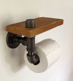 Toilet Paper Holder – Reclaimed Wood & Pipe, easy and bad ass. Pipe Furniture, Industrial Furniture, Furniture Vintage, Pallet Furniture, Furniture Ideas, Furniture Design, Do It Yourself Vintage, Rustic Toilet Paper Holders, Rustic Toilets