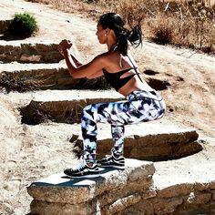 Los squats también pueden ser un deporte de riesgo (según como se mire)  Clava los tuyos con el legging Aalar y el sujetador Mandy #sujetadores #ropadeportiva