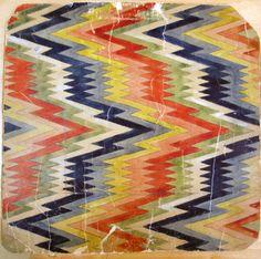 Ett vävmönster i rölakansteknik i rosa, rött, gult, blått, grönt och vitt. Mönstret tillhör en samling osignerade vävmönster fördelat på 3 pärmar och några rullade, 507 stycken. I samlingen ingår skisser på bl a damast, dräll, dukagång, finnväv, flossa, krabbasnår, munkabälte, opphämta, rosengång, rya, rölakan och ryssväv. Mönsterna har använts på Johanna Brunssons Vävskola i Stockholm.