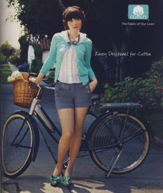 Love the hair and the outfit. This girl has the perfect style! Zooey Deschanel is a style icon.