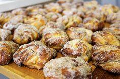 Hej godingar. Finns det något som smakar eller luktar godare än nybakta bullar? Nej, jag tänkte väl det. Ursäkta uttrycket men jag är verkligen en sucker för just kardemumma och tycker att... Food To Go, Food And Drink, Grandma Cookies, Baked Doughnuts, Sweet Bakery, Swedish Recipes, Sweet Pastries, Everyday Food, Foodies