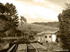 Casa a beira da ferrovia.