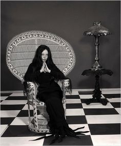 Carolyn Jones in a promotional photo for the pilot episode of The Addams Family - Movies - Buvizyon Carolyn Jones, Angela Jones, The Addams Family 1964, Addams Family Tv Show, Colleen Camp, Catherine Bach, Cassandra Peterson, Bo Derek, Ann Margret