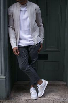 calça cropped cinza escuro em alfaiataria, tênis esportivo branco, blusa branca e jaqueta College off-white.