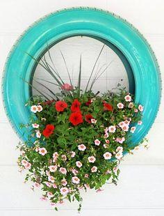 Vaso de pneu pintado e pendurado na parede