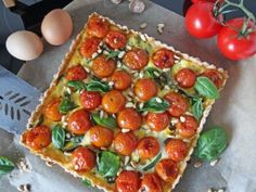 An warmen Tagen sind uns leichte Gerichte am Liebsten. Eine einfache und leckere Variante ist diese Tomatenquiche mit Basilikum und Pinienkernen.