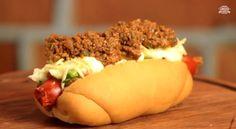 Em cada lugar do Brasil, a receita de hot dog é de um jeito diferente. O canal Sanduba Insano ensina a fazer um à moda paulista: com vinagrete, purê de batata, batata palha e um saboroso molho de carne.