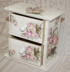 Decoupage Furniture, Decoupage Box, Home Crafts, Arts And Crafts, Handkerchief Crafts, Vintage Handkerchiefs, Treasure Boxes, Jewel Box, Shabby Chic Decor