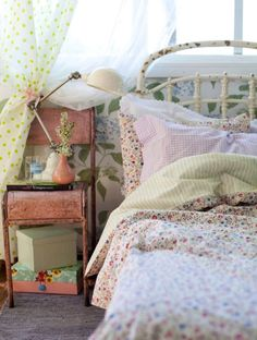 Bedroom: Vintage chair as stand and colorful sheets on a wrought iron bed. Cottage Shabby Chic, Shabby Chic Bedrooms, Bedroom Vintage, Cozy Bedroom, Shabby Chic Decor, Cottage Style, Bedroom Decor, Floral Bedroom, Vintage Bedding