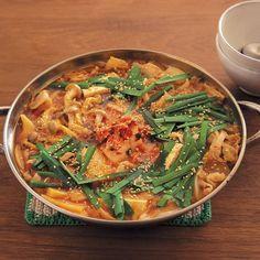 コウさんが母・李映林さんから受け継いだ定番鍋。豚肉とキムチをごま油で炒め、スープにコクとうま味を出します。野菜はそのときあるもので十分。 材料・2~3人分 豚バラ肉150g 塩、こしょう各少々 白菜キムチ200g 木綿豆腐1/2丁 しめじ1/2パック ねぎ1/2本 にら1/3束 玉ねぎ1/2個 にんにく1かけ