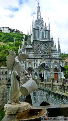 Colombia - El Santuario de Nuestra Señora de las Lajas es un templo y basílica para el culto cristiano católico y veneración de Nuestra Señora de las Lajas situado en Ipiales, Nariño.