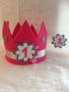 Kroon vilt by curlie creaties Hair Decorations, Birthday Decorations, Birthday Badge, Birthday Hats, Birthday Crowns, Crown Crafts, Felt Crown, Mexican Party, How To Make Clothes