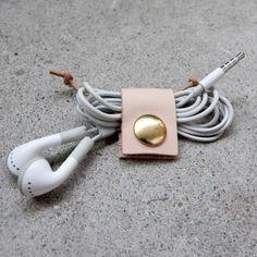 pour ranger vos écouteurs et éviter les noeuds au fond du sac!cuir et laiton…