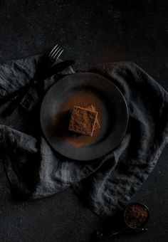 Dark Food Photography, Still Life Photography, Portfolio Fotografia, Photographie Portrait Inspiration, Black Food, Advertising Photography, Pics Art, Food Design, Belle Photo