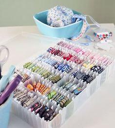 Astuce : Rangement pour les rubans, biais, passepoils et galons. Boîte à mercerie et cartonnettes.