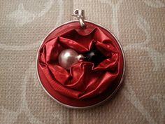 Medaillon aus Nespresso-Kapseln in Farbe Rot mit einer weißen und einer schwarzen Perle. Perlenohringe in weiß oder schwarz passen wunderbar dazu. Basteln nach Ihrem Wunsch auch möglich....