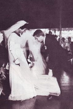 "Love this~~Robert Francis ""Bobby"" Kennedy (November 20, 1925 – June 6, 1968) at her wedding .to John F. Kennedy on 12 September 1953. ❤❤❤ ❤❤❤❤❤❤❤ http://en.wikipedia.org/wiki/Jacqueline_Kennedy_Onassis http://en.wikipedia.org/wiki/Wedding_dress_of_Jacqueline_Bouvier http://en.wikipedia.org/wiki/Robert_F._Kennedy"
