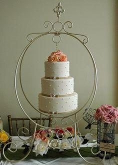 torta de la lámpara, con el desplazamiento de diseño puntos suizos, broches de perlas y rosas de azúcar.