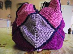 Ce très joli sac déjà vu internet est réalisé avec 1 pelote lilas, 1 pelote rose, 1 pelote violet et 1 pelote bleu marine.