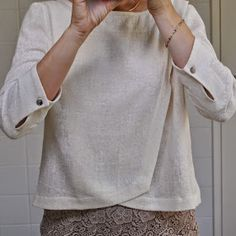 Linen blouse - love the style, color, and button detail. Fashion Details, Diy Fashion, Ideias Fashion, Fashion Design, Sewing Clothes, Diy Clothes, Clothes For Women, Clothing Patterns, Dress Patterns