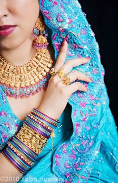 A turquoise and fuschia sari with a heavily beaded palu. The jewels match the sari exquisitely!