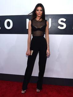 Kim Kardashian vai a premiação com as irmãs e aposta em megadecote