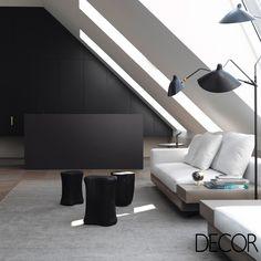 A arquitetura permite que o estar receba a contemplação de luz natural abundante, ressaltando o uso de branco e preto no décor