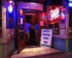 Beale Street on Memphisin sydän: parin sadan metrin pituisella kadunpätkällä on pieniä musiikki- ja ruokaravintoloita vieri vieressä. Paikalliset ja vierailevat muusikot soittavat ensimmäiset riffinsä heti keskipäivän aikoihin ja hiljaisuus laskeutuu kadulle vasta pitkälti puolenyön jälkeen. Pääsymaksuja ravintoloihin ei ole, mutta tapoihin kuuluu antaa esiintyjille joko tippiä tai ostaa heidän cd-levynsä kotiin viemisiksi. Sijoitus on kannattava, koska artistien taso on erinomainen.