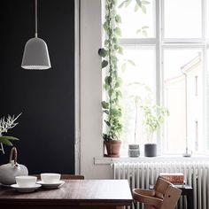 Plant project coming up. Är det någon som vet vad den slingrande gröna saken i fönstret heter? Och tar det tid att få den såhär lång och frodig? #växtgardin : @stadshem Kitchen Interior, Kitchen Decor, Kitchen Dining, Cape Cod Style House, Ikea Home, Teak Furniture, House Wall, Beautiful Space, Dining Table