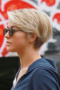 Today we have a collection of hottest pixie haircut ideas which you may try. Checkout this 25 hottest pixie haircut ideas. Julianne Hough Short Hair, Celebrity Pixie Cut, Celebrity News, Pixie Lang, Long Pixie Hairstyles, Blonde Hairstyles, Celebrity Hairstyles, Spring Hairstyles, Popular Hairstyles