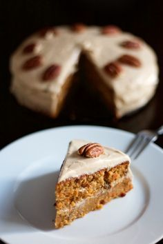 To celebrate my birthday, I entrust you with my perfect carrot cake recipe. Both mellow and slightly moist, with cranberries in the dough and pecans to decorate, as well as a delicious icing with philadelphia and sugar of ca Sweet Recipes, Cake Recipes, Dessert Recipes, Savoury Cake, Clean Eating Snacks, Cupcake Cakes, Bakery, Food And Drink, Cooking Recipes