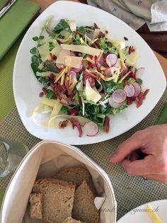 Grosser Salat mit Bergkäse Im Dinkelbergerhof - Ausflugstipp für Familien in der Region Basel. Idela für Kinder. Bauernhof mit super Küche