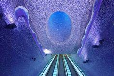都市圏に住む人々にとって欠かす事の出来ない公共の移動手段である地下鉄。 最近では地下なのに携帯電波まで届くようになってきました。 そんな地下鉄の中でも、最も美しくて幻想的でクールな駅を10カ所紹介します。 日本では出来ないような体感があなたを待っていることでしょう。 モスクワ(The Moscow Metro Subway System) モントリ