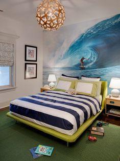 Chambre d'enfant avec papier peint avec surf