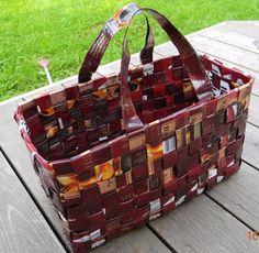 Aprende a elaborar carteras y bolsos con papel periódico reciclado