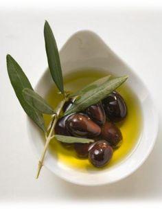 Zeytinyağının faydaları epeyce fazladır. Yalnızca yemeklere güzel ve leziz tek tat katması değil bununla birlikte kalp ve damar hastalıklarını da önlemesi durumundan zeytinyağının nihai derece faydalı meydana geldiği söylenebilir. Çocukların beyinlerinin gelişimini ve kemiklerinin güçlenmesini imkanı sunan zeytinyağı E, A, D ve K vitaminleri içermektedir. Kaynak: http://www.pcdeyim.com/makale-kategorileri/sifali-bitkiler/116-zeytinyaginin-faydalari-nelerdir-.html