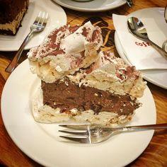 Boski tort bezowy w #costacoffee i cały stres mija  #meringue #sweets #cake #desert