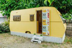 Caravanas Vintage en alquiler en el camping situado en primera línea de mar, en la Costa Dorada.  Se permiten mascotas. Recreational Vehicles, Pets, Beach Feet, Camper Van, Camper, Campers, Animals And Pets, Single Wide