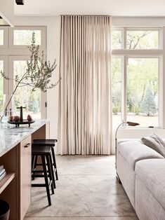 bilder sommar gardiner vardagsrum recept mest aktuell Beach inspired great room by Chad Dorsey Design Casa Rock, Living Room Decor, Living Spaces, Decoration Chic, Beach Decorations, Surf Shack, Cheap Home Decor, Great Rooms, Home And Living