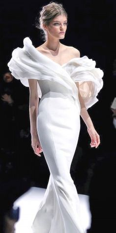 The mesmerising floral piece of Ralph and Russo Haute Couture Spring/Summer 2015 Collection ♥♥. Couture Mode, Couture Fashion, Runway Fashion, Fashion Show, Fashion Design, Beautiful Gowns, Beautiful Outfits, Glamour, Bridal Gowns
