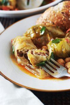 Chou farci recette algérienne - dolma krombit. Feuilles de chou farcies de viande hachée et roulées. Cuites en cocotte, dans une sauce tomate, pois chiches.