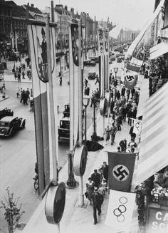 Немецкие (со свастикой) и Олимпийские флаги, украшающие Берлин во время Олимпийских игр. Берлин, Германия, август 1936 года.