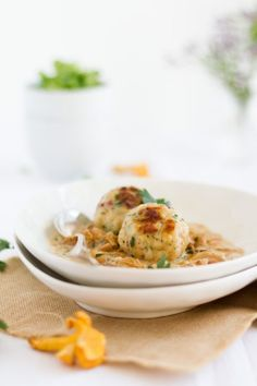 Semmelknödel mit Speck & Pfifferling-Rahm-Sauce I Bread Dumplings with Bacon & Chanterelles-Cream-Sauce
