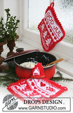 """God Jul - Knitted DROPS pot holders with Christmas pattern in """"Paris"""". - Free pattern by DROPS Design Knitting Designs, Knitting Patterns Free, Free Knitting, Free Pattern, Crochet Patterns, Christmas Makes, Noel Christmas, Christmas Crafts, Christmas Patterns"""