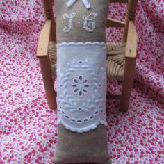 Sur commande sachet de lavande brodé main en blanc sur lin seigle