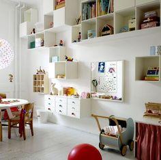 Ordnung im Kinderzimmer durch verschiedene schwebende Regale - alle in weiß.