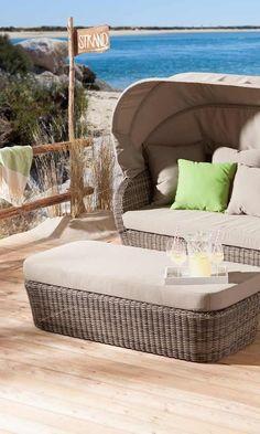 Lovely Gartenmuschel von OUTLIV mit praktischen Sonnendach in hellbrauner Farbe und gr nen Kissen f r ein perfektes