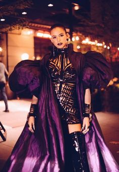 Vestido curto e colorido: Xuxa chamou atenção ao desfilar